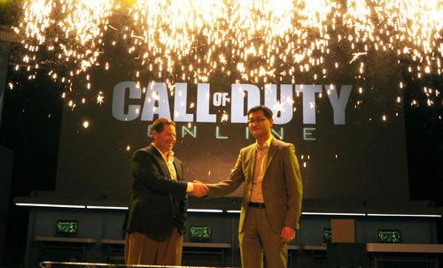 腾讯CEO马化腾与动视暴雪CEO Bobby Kotick握手合作