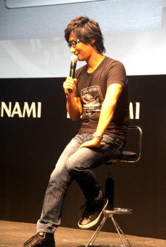 小岛秀夫现身Konami展台观众围观水泄不通