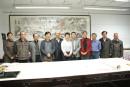 画家萧平、聂危谷、评论家马鸿增在工作室