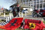 图文-民众为舒马赫送祝福 车迷摆上法拉利旗帜