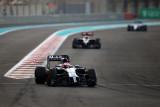 图文-F1阿布扎比站周日正赛 迈凯轮车队巴顿
