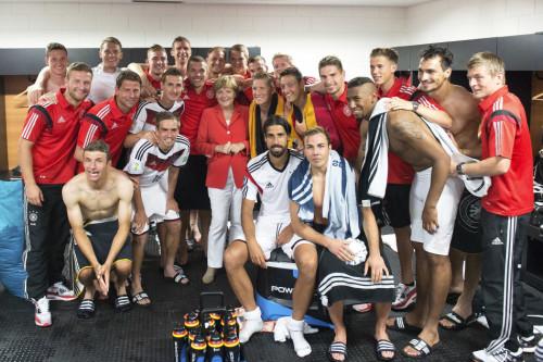 高清图-德国女总理助阵德国
