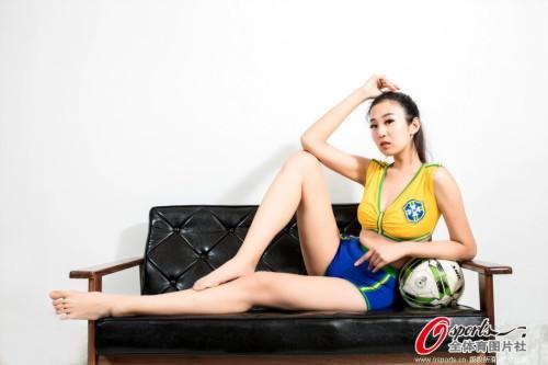 高清图-足球宝贝助威巴西墨西哥