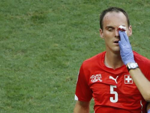 高清图-法国锋霸高飞腿踢对手