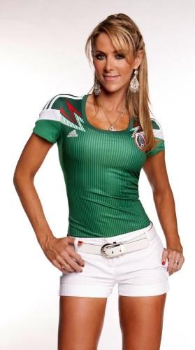 高清图-女主持力挺墨西哥出线