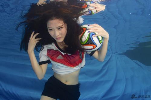 高清图-水下足球宝贝力挺德国阿根廷