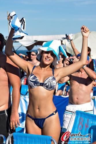 一大波比基尼美女海滩庆祝阿根廷进4强