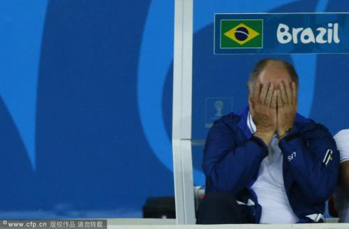 高清图-巴西惨败教练不忍直视