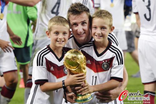 高清图-德国球员与亲友分享喜悦