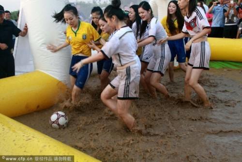 西安巴西德国足球宝贝泥浆足球赛