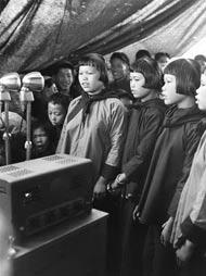 侗族姑娘在扩音器前唱山歌欢庆春节