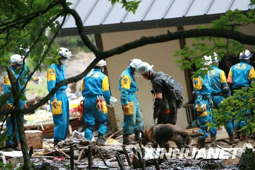 在6月14日被地震引起的山体滑坡和泥石流摧毁.新华社记者 任正来
