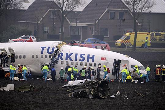 土耳其客机上演航空奇迹:坠毁成三截未传大伤亡