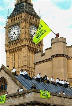 环保人士在英国议会楼顶示威(图)
