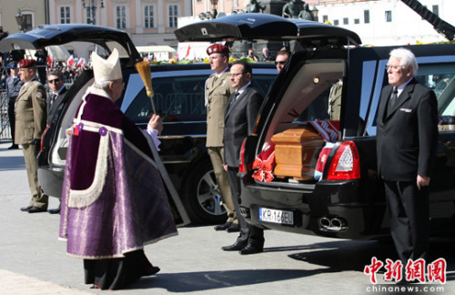 波兰为遇难总统夫妇举行国葬数万名民众聚集