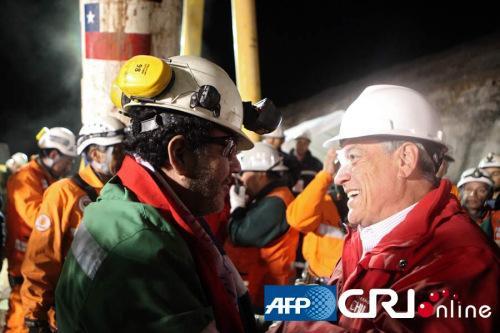 智利总统在援救中表现突出支持率飙升