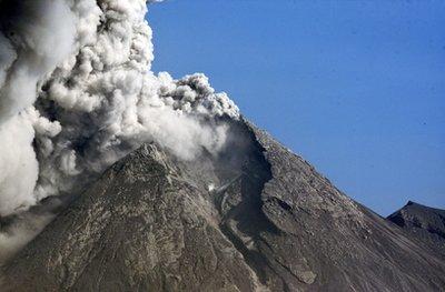 11月12日,印尼默拉皮火山仍在继续喷发