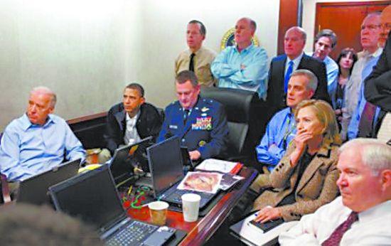 图为美国官方公布的白宫观看突袭照。