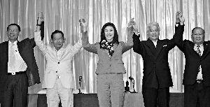 7月4日,曼谷,英拉・西那瓦(中)出席新闻发布会,宣布为泰党与其他4党联合组建新政府。