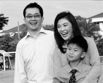 英拉和丈夫、儿子在一起。(资料图片)
