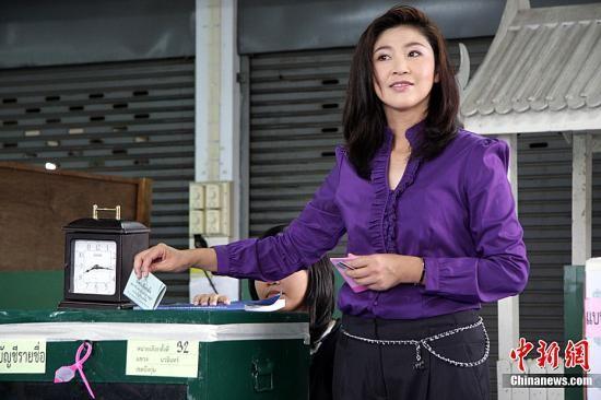 7月3日,泰国举行国会下议院选举。民调显示,这场选举的竞争主要在为泰党和目前的执政党民主党之间展开。为泰党推出泰国前总理他信的妹妹英拉作为总理候选人。图为英拉在投票站进行投票。中新社发 周兆军 摄