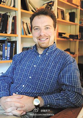 亚当-黎斯出生于1969年,是美国约翰-霍普金斯大学物理学与天文学系教授,也是太空望远镜科学协会成员之一。