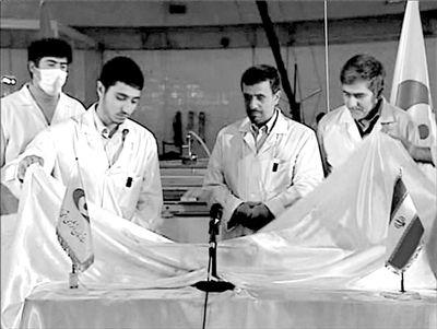 15日电视画面截图显示,伊朗总统艾哈迈迪-内贾德(右二)观看科学家展示国产核燃料棒。新华社/路透