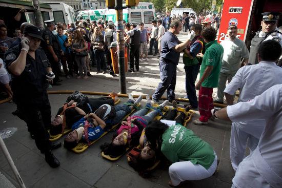 2月22日,在阿根廷首都布宜诺斯艾利斯,阿根廷救援人员救援城铁列车事故中受伤者。
