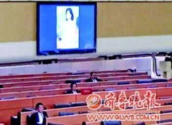 半裸女子照片突现泰国国会现场投影。