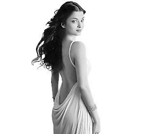 艾西瓦娅在生育前,样子甜美,身材玲珑浮凸,曾被誉为全世界最美女人。