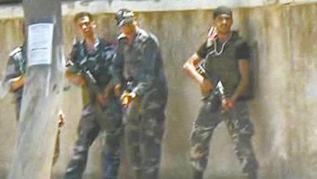 18日,叙利亚政府军在大马士革米丹区街头与反对派武装作战。图为叙利亚电视台播放的截屏。