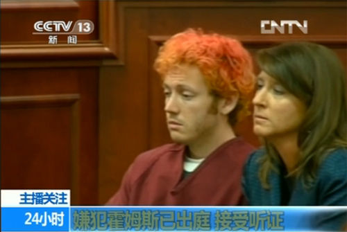 染成橘红色头发的霍尔姆斯(中央电视台画面截图)