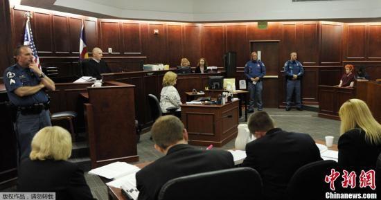 当地时间7月23日,美国科罗拉多,科罗拉多州枪击案嫌犯詹姆斯・霍尔姆斯James Holmes首度出庭受审,引发美国各界广泛关注。图为庭审现场。