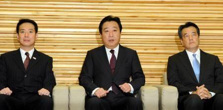 12月26日上午,野田佳彦召开临时内阁会。居中者为野田。
