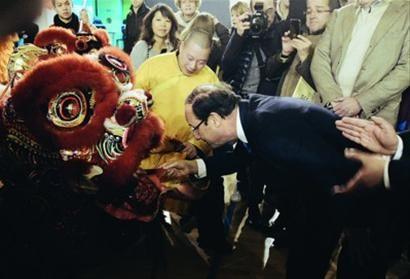 2012年1月29日,法国巴黎,时任法国社会党总统候选人的奥朗德在唐人街庆祝中国新年。当年5月,奥朗德当选法国新一任总统。