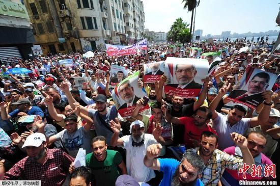 埃及穆斯林兄弟会(穆兄会)及其他穆尔西支持者16日在全国多个城市发起游行示威,抗议警方14日的武力清场行动。示威者在多地与军警和当地居民发生冲突,造成人员伤亡。