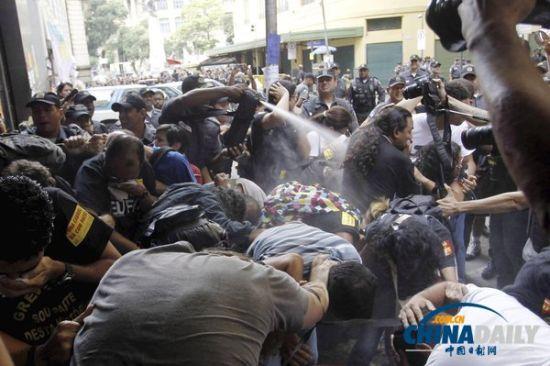 9月30日,巴西大批教师及支持者在里约热内卢举行示威游行,警方与示威者发生冲突,并向人群喷洒胡椒喷雾。(图片来源:CFP)