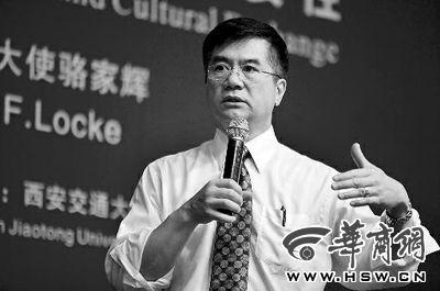 2012年4月23日,骆家辉在西安交通大学演讲并回答学生的提问 本报记者 张杰 摄