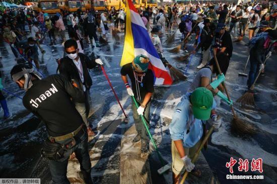 当地时间2013年12月4日,泰国曼谷,反政府示威者正在清理街道。