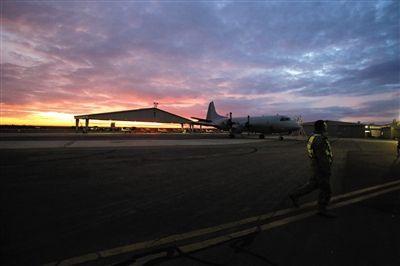 昨晚6时许,一架结束当日搜救任务的飞机返回皮尔斯基地。