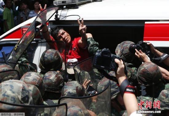 """据外电报道,泰国国王26日正式任命陆军领导人巴育为""""国家维护稳定委员会""""主席。图为当地时间5月25日,泰国反军方接管政权抗议示威者在曼谷举行示威抗议时遭到军警的逮捕。"""