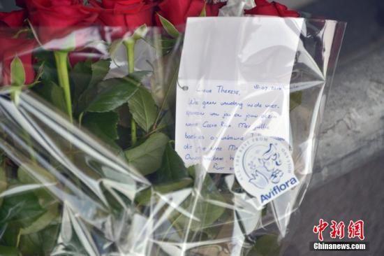 图为民众在荷兰斯希波尔机场3号航站楼外鲜花悼念马航逝者。中新社发 龙剑武 摄