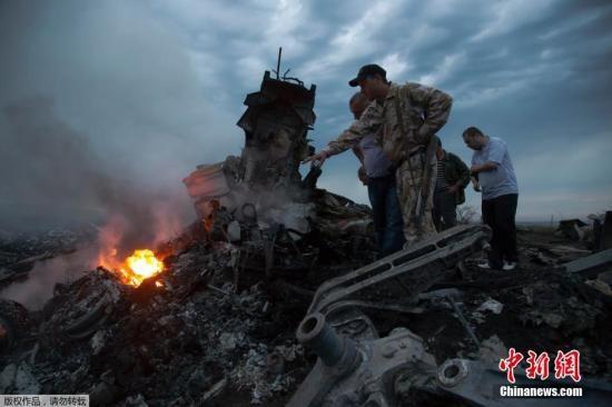 17日,马来西亚航空公司由阿姆斯特丹飞往吉隆坡的MH17客机在乌克兰顿涅茨克州坠毁,机上298人全部遇难。