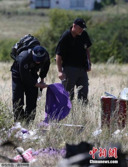 资料图:当地时间8月1日,乌克兰顿涅茨克,国际专家小组前往MH17坠毁地点。