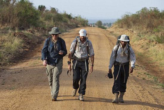 美国记者马修鲍威尔(左)曾伴着伍德(中)旅行一周,他于3月份在乌干达因酷热而死。(网页截图)