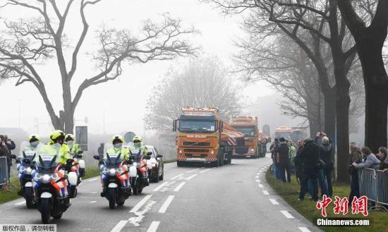 资料图:运送马航MH17航班残骸的卡车车队定于抵达荷兰南部的希尔泽.赖恩空军基地。空难调查人员将利用残骸再次拼装这架客机,以期找出失事原因。