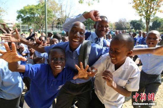 4月23日,南非最大城市约翰内斯堡民众在市中心发起反排外大游行,来自南非各界的民众和在南非工作与生活的各国移民近3万人参加。图为在游行集结地的孩子们。中新社发 宋方灿 摄