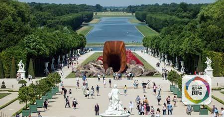 """""""王后的阴道""""放在法国凡尔赛宫的庭院中央"""