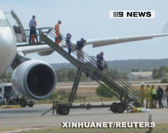组图:澳大利亚客机紧急迫降30多人受伤