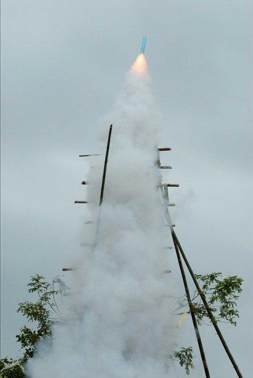 老挝农民火箭节自制竹筒发射升空(组图)
